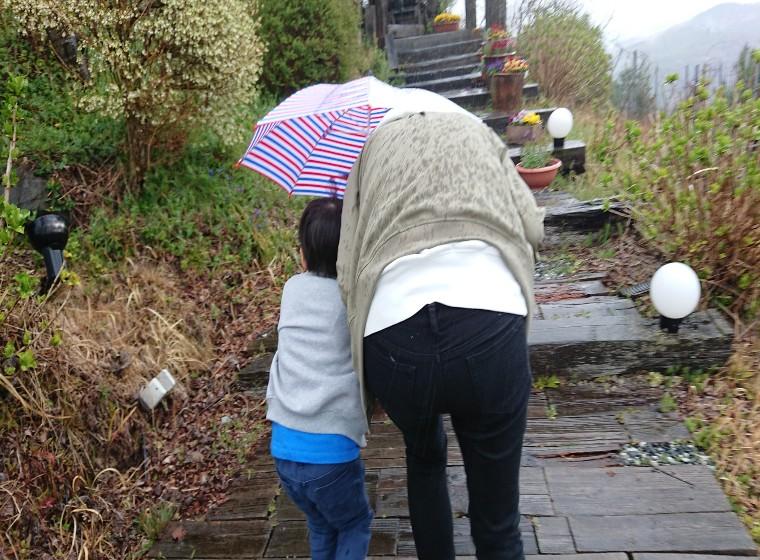 雨の子どもと母
